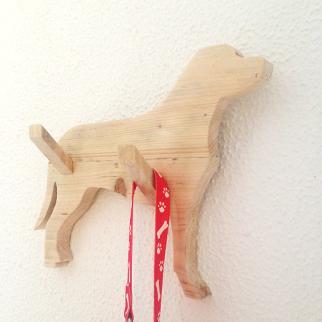 Colgador de madera para collares de masotas
