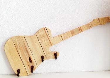 Perchero de madera guitarra