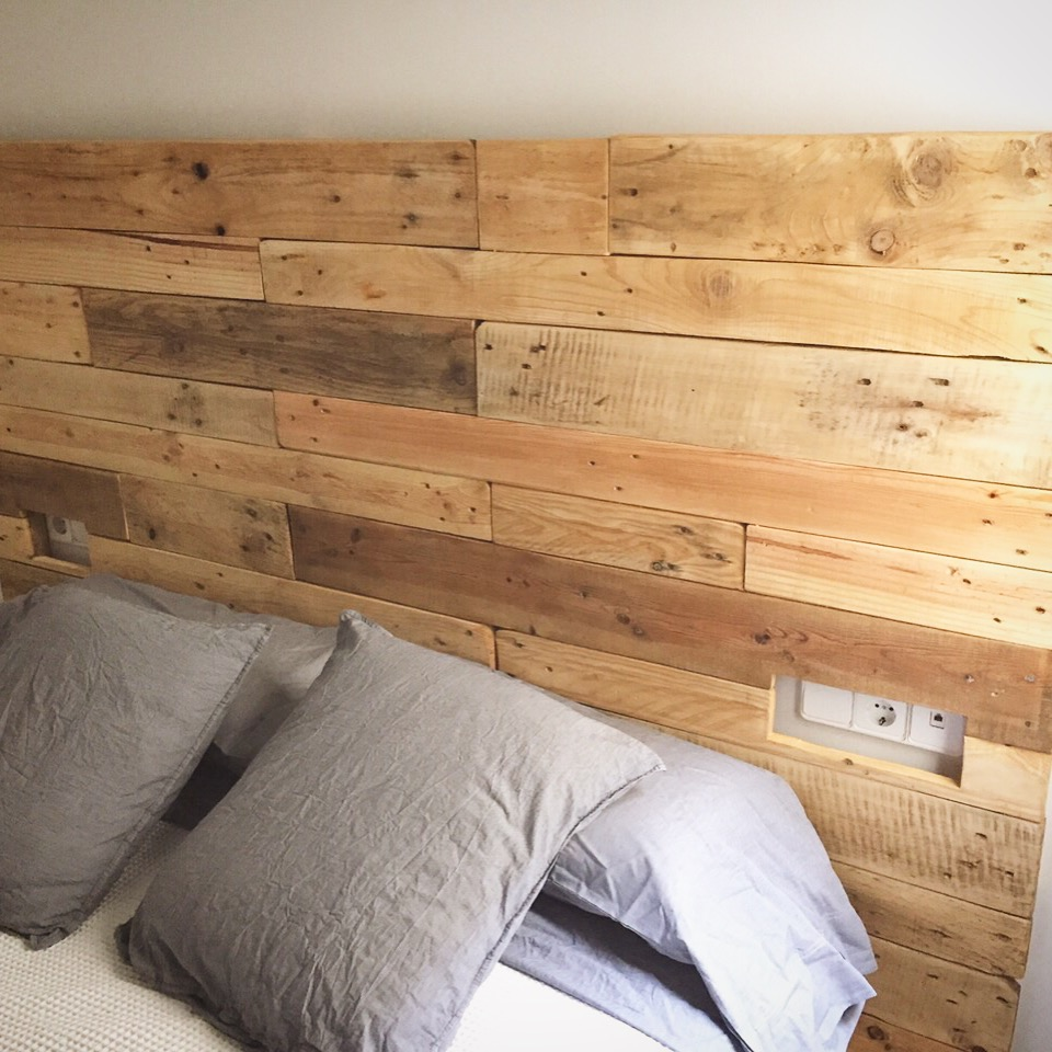 Cabezales de cama con palets cheap cama palets with - Cabezales de cama de madera ...